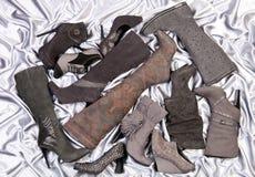 Calzature femminili su raso grigio argento Fotografie Stock