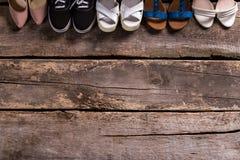 Calzature femminili sul pavimento di legno Fotografia Stock Libera da Diritti