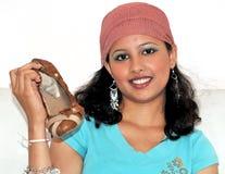 Calzature teenager della holding fotografia stock libera da diritti