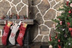 Calze ed albero di Natale Fotografia Stock Libera da Diritti