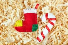 Calze fatte a mano e bastoncino di zucchero di Natale Immagine Stock