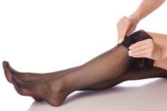 Calze nere dei piedini femminili Fotografia Stock