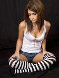 Calze a strisce da portare della giovane donna del brunette Immagine Stock