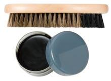 Calzi la spazzola e la scatola aperta con crema (cera) Immagine Stock