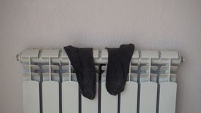 Calzini, asciugantesi sul radiatore del riscaldamento dopo avere lavato archivi video