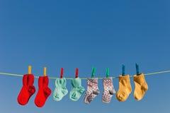 Calzini del bambino sulla lavanderia Fotografia Stock
