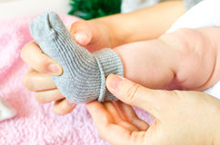 Calzini di grey di usura del bambino Fotografia Stock