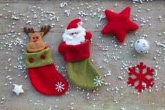 Calzini di Natale e decorazione di Natale sul backgro di legno bianco Fotografia Stock