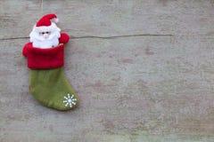 Calzini di Natale e decorazione di Natale sul backgro di legno bianco Fotografie Stock