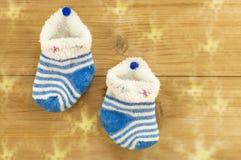 Calzini minuscoli casalinghi che appendono per i regali di Natale Fotografia Stock