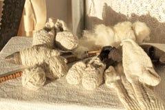 Calzini naturali della lana e strumenti di filatura della lana fotografie stock libere da diritti