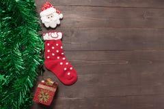 Calzino e decorazione rossi del giorno di Natale sul backgroun di legno Fotografie Stock Libere da Diritti