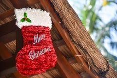 Calzino rosso di Buon Natale al tetto Immagini Stock