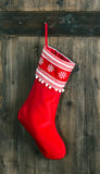 Calzino rosso per i regali di Santa. calza di natale Immagine Stock