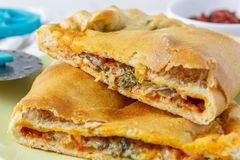 Calzone - ιταλική φούρνος-ψημένη γεμισμένη πίτσα στοκ φωτογραφία