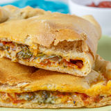 Calzone - ιταλική φούρνος-ψημένη γεμισμένη πίτσα στοκ εικόνα