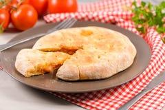 Calzone пиццы на деревянной предпосылке Стоковая Фотография
