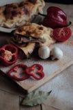 Calzone avec des légumes sur un fond foncé Photographie stock libre de droits