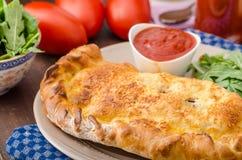 Calzone pizza faszerująca z serem i prosciutto Zdjęcie Royalty Free