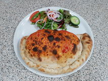 calzone, Pizza, insalata, salat Lebensmittel lizenzfreie stockbilder