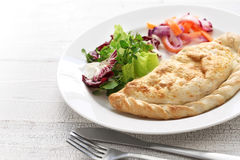 Calzone-Pizza, italienisches Lebensmittel Lizenzfreies Stockfoto