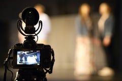 Caméra avec un microphone professionnel photo stock