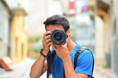 Caméra de photographe de Canon DSLR dans des mains photo libre de droits