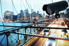 Caméra de sécurité noire sur le fond de ville illustration de vecteur