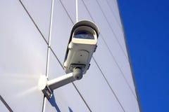 Caméra de sécurité sous le ciel Photos stock