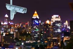 Caméra de sécurité de télévision en circuit fermé avec des lumières de bokeh de ville de Bangkok Photographie stock