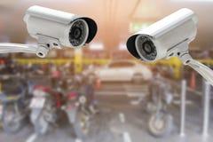 Caméra de sécurité de télévision en circuit fermé dans le bâtiment de parc de voiture ou de moto photos libres de droits