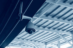 Caméra de sécurité de télévision en circuit fermé dans le toit de plafond photographie stock