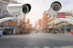 Caméra de sécurité de télévision en circuit fermé sur la route du trafic et la scène urbaine photos stock