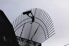 Caméra de télévision en circuit fermé de sécurité de silhouette dans l'immeuble de bureaux photo libre de droits