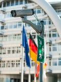 Caméra de télévision en circuit fermé sur un poteau avec des drapeaux images libres de droits