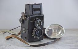 Caméra et éclair de cru photographie stock libre de droits