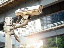 Caméra moderne de télévision en circuit fermé sur le poteau photographie stock