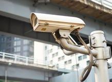 Caméra moderne de télévision en circuit fermé sur le poteau photo stock