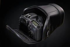 Caméra noire de DSLR d'isolement sur un fond noir photo stock
