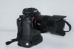 Caméra Sony Alpha a7rII Mirrorless, Zeiss 55mm 1 Grand contraste entre la vie moderne et la nature image stock