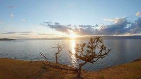 Caméra sur le trépied filmant un paysage marin scénique au coucher du soleil Tir a?rien banque de vidéos