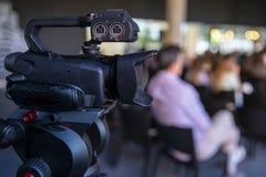 Caméra vidéo dans une conférence photographie stock