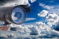 Caméra vidéo extérieure sur le fond d'un beau ciel nuageux photos stock