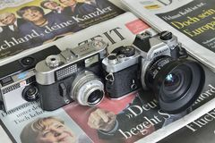 Caméras analogues sur des journaux photographie stock libre de droits
