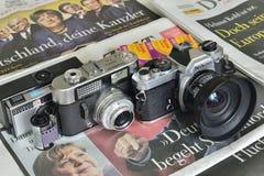 Caméras analogues sur des journaux photo libre de droits