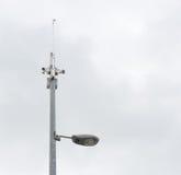 Caméras de sécurité et réverbère Photos stock