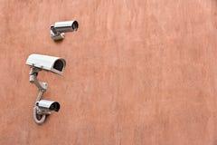 Caméras de sécurité sur le mur Image stock