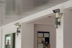 Caméras de sécurité sur le mur Photo stock