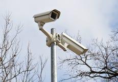 Caméras de sécurité sur un poteau Photos stock