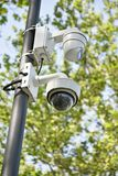 Caméras de sécurité sur un poteau extérieur Images stock